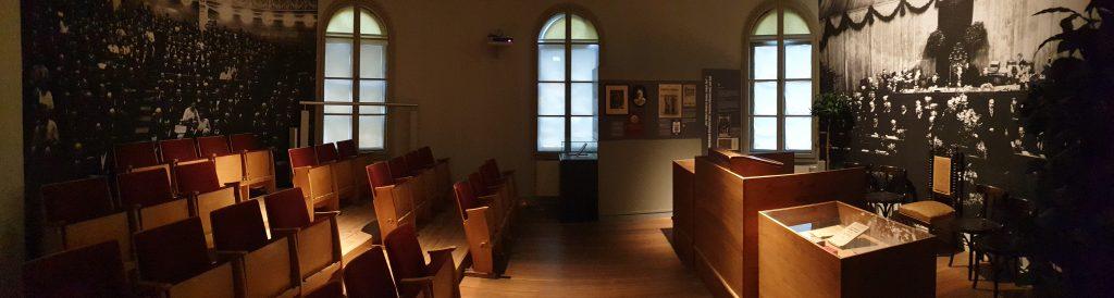 Nachgebauter Plenarsaal im Stadtmuseum Weimar zeigt das Redepult und einige Sitzreihen.