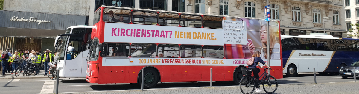 Der Kampagnenbus der Buskampagne zur Abschaffung der Staatsleistungen hält auf dem Frankfurter Goetheplatz.